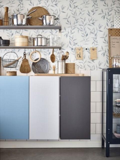mobili IKEA Ivar galleggianti per comprendere una cucina, ogni porta dipinta di un colore diverso