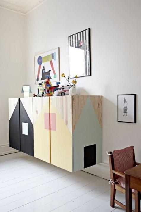 armadietti galleggianti Ivar con case dipinte rinfresceranno la stanza dei bambini e includeranno molto spazio