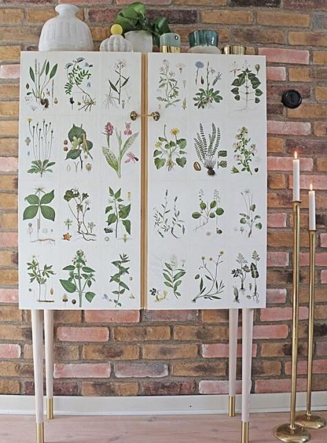 un mobile IKEA Ivar posizionato su gambe alte e decorato con immagini di piante vintage è un trucco stravagante da provare