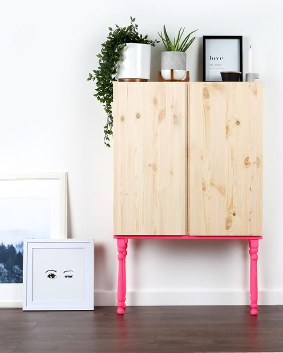 un mobile Ivar posizionato su gambe al neon rosa caldo è un'idea meravigliosa, che non richiederà molto tempo per ricreare