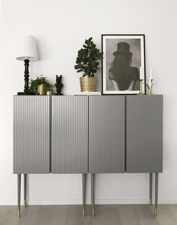 due armadi IKEA Ivar realizzati in grigio con pannelli e posizionati su gambe alte sembrano molto chic ed eleganti