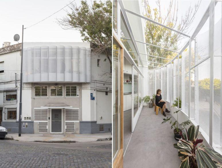 Il balcone rivestito in vetro e rete è il protagonista dell'appartamento, può essere aperto o chiuso