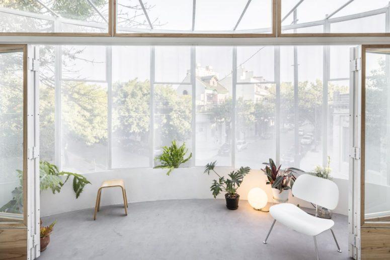 Il balcone può essere arredato con alcuni mobili e molta vegetazione in vaso per un aspetto fresco