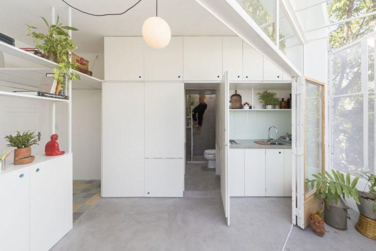La cucina nasconde l'ingresso al bagno