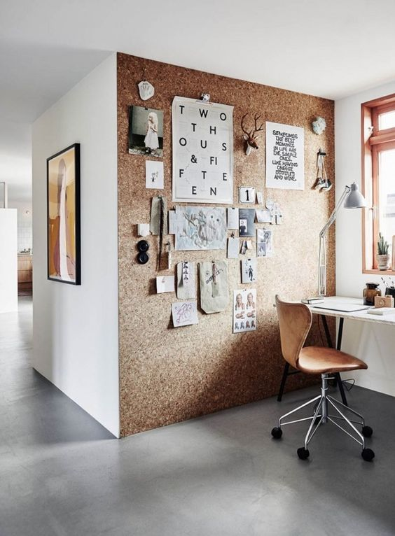 un angolo dell'home office arricchito da un muro di sughero, che può essere utilizzato anche per appuntare note