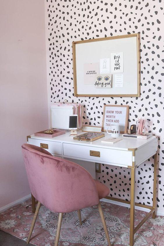 un muro di dichiarazione fatto con carta da parati ghepardo è un'idea splendida e giocosa per uno spazio da ragazza