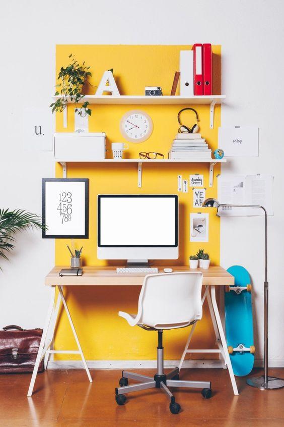evidenzia l'angolo del tuo ufficio in casa con il giallo sole sul muro per separarlo visivamente