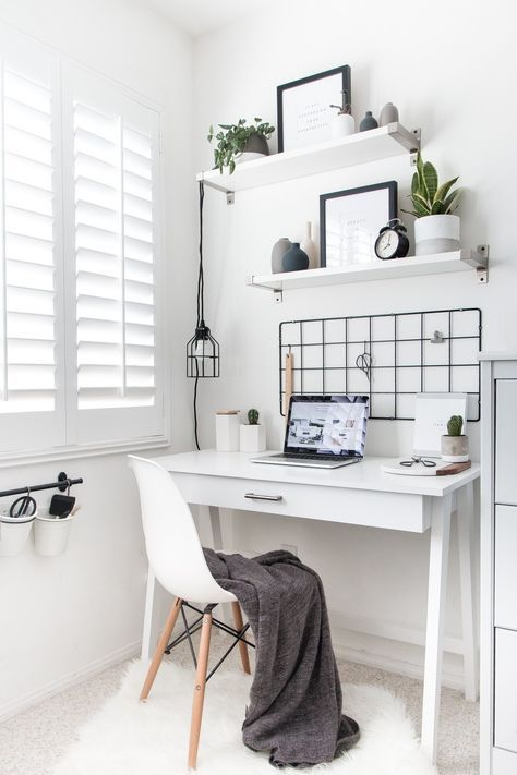 una piccola scrivania bianca e lucida è un'opzione scandinava o minimalista molto elegante con un cassetto stroage