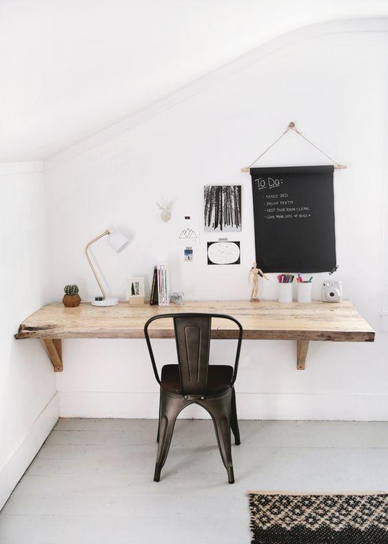 una scrivania in legno a parete living edge è un'idea intelligente per risparmiare spazio
