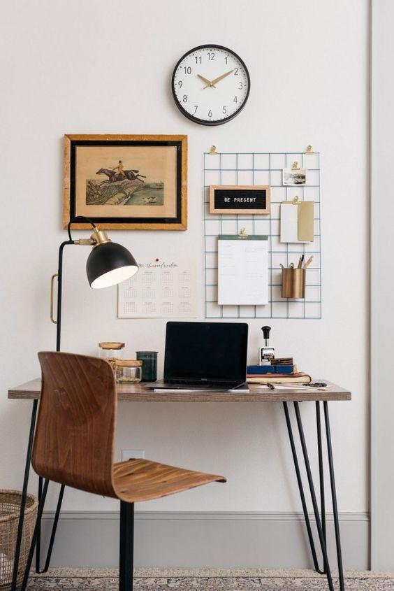 una scrivania super elegante con gambe a forcina e una sedia rotante abbinata sono una bella configurazione per uno spazio virile