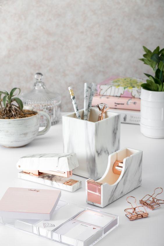 Gli accessori da scrivania alla moda sono un must per ogni ufficio domestico, artigianato o acquisto di un intero set