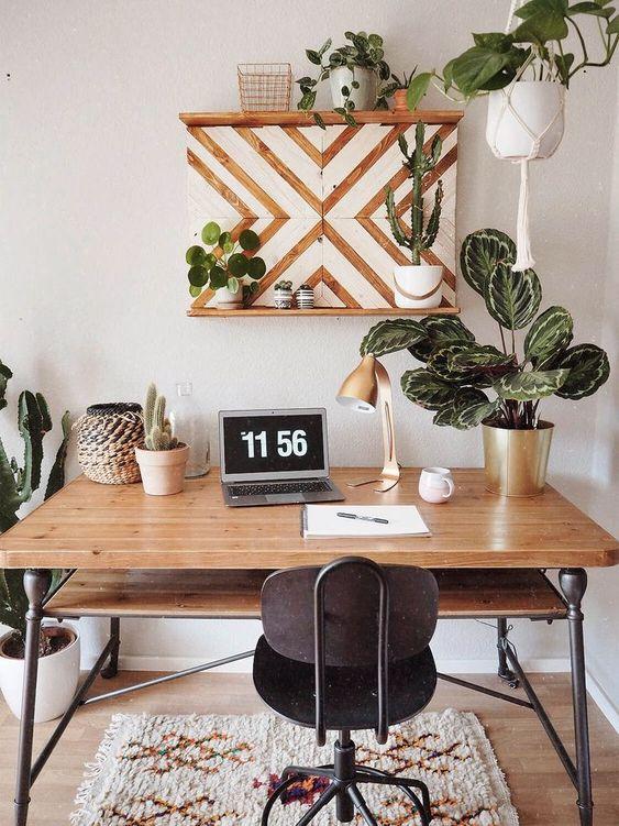 un grazioso scaffale geometrico e molte piante in vaso e vegetazione creano uno spazio accogliente in stile moderno della metà del secolo