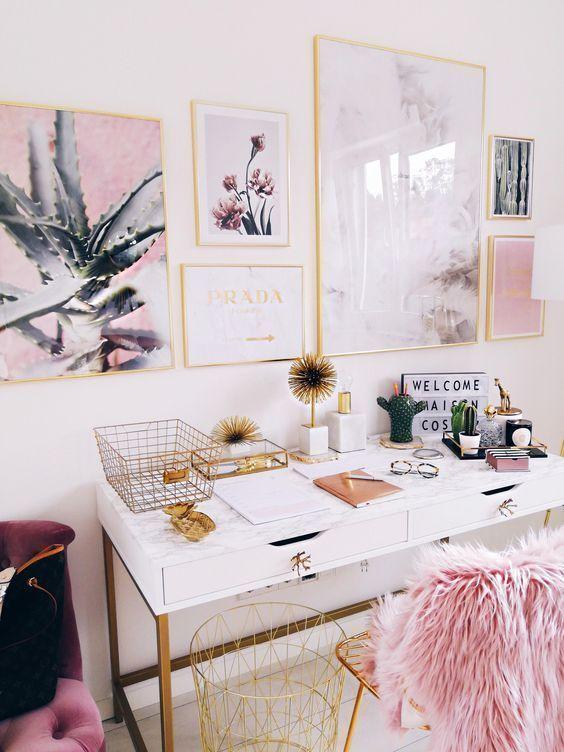una graziosa galleria a muro e un po 'di pelliccia sintetica rosa sulla sedia creano un ambiente fresco per uno spazio da ragazza