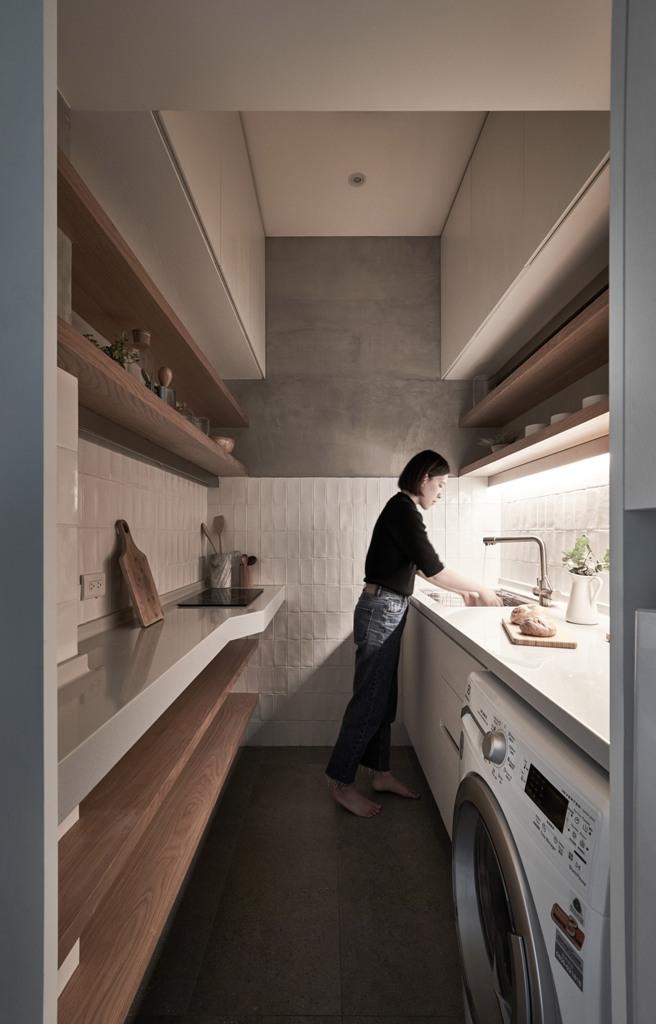La cucina può ospitare alcuni elettrodomestici e dispone di molto spazio di archiviazione più controsoffitti da utilizzare per cucinare e mangiare