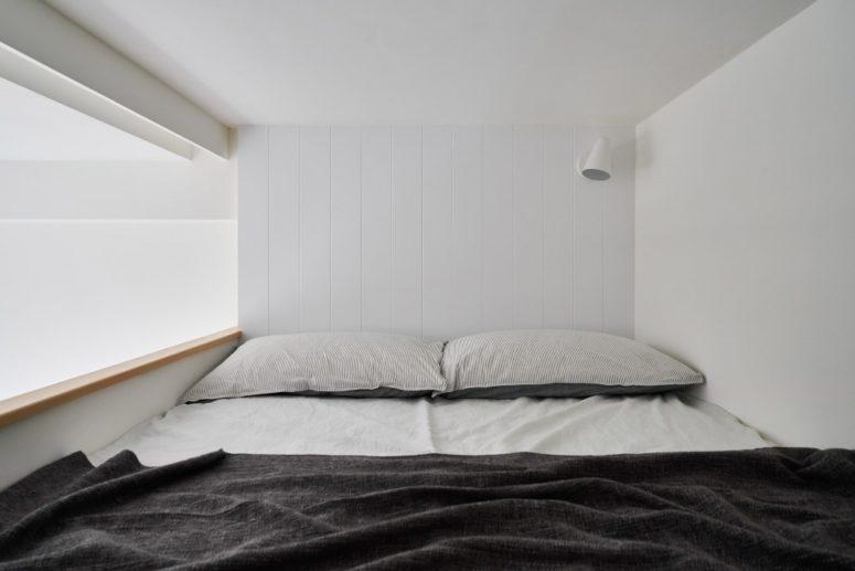 La camera da letto è minuscola e dispone solo di un letto matrimoniale, ma chi ha bisogno di più per dormire comodamente