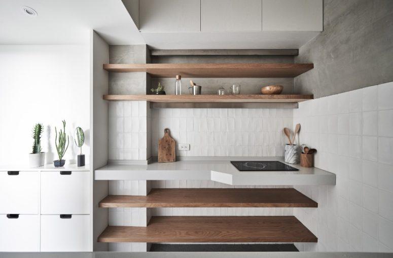 Il colore principale utilizzato nell'arredamento dell'appartamento è il bianco, potresti vedere lucide superfici bianche e piastrelle