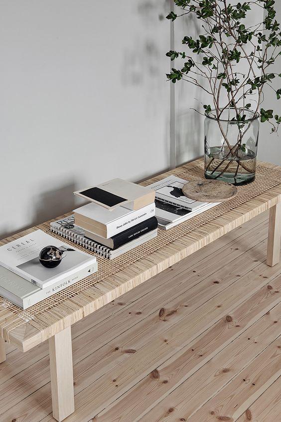 una panca in legno intrecciato porta un'atmosfera all'aperto all'interno rendendo lo spazio più rilassato