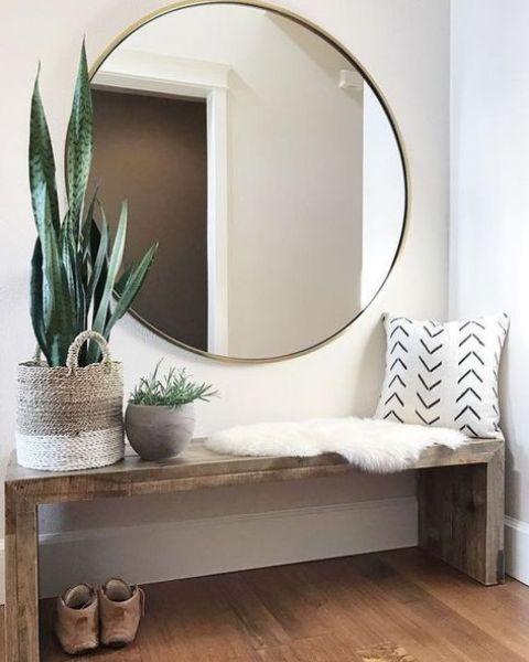 uno specchio rotondo oversize è una splendida dichiarazione tagliente per un ingresso, riempie lo spazio di luce ed è un'idea pratica