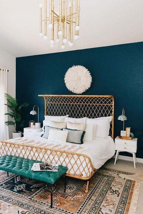 una camera da letto neutra può essere abbellita con un muro blu navy per un look chic e audace