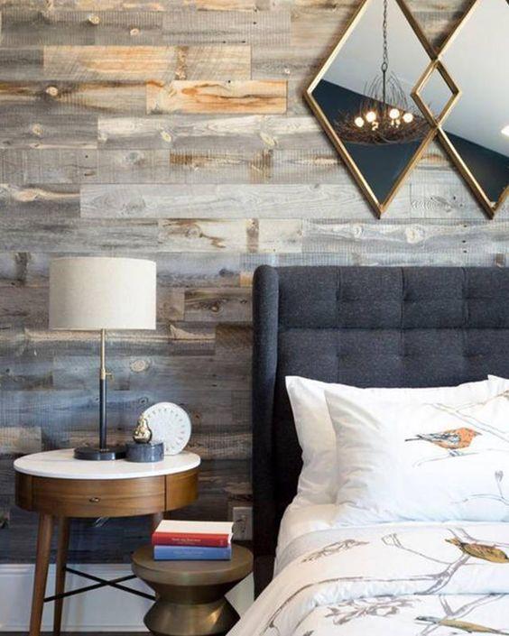 un muro in legno stagionato è un ottimo modo per aggiungere consistenza e intimità alla camera da letto