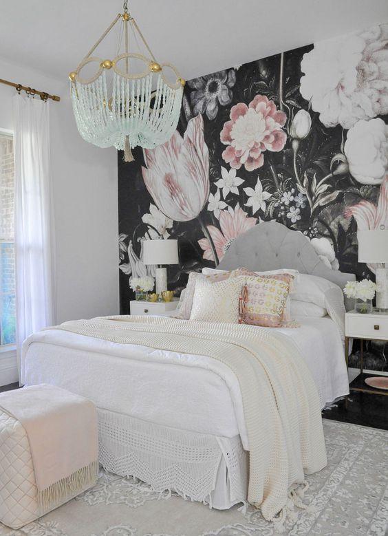 un muro di dichiarazione floreale scuro è una bella idea per la camera da letto di una ragazza, sembra molto audace e stravagante