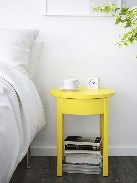 ridipingi il tuo comodino esistente con un colore super audace e gli darai subito un nuovo aspetto