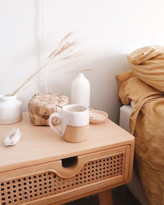 un comodino in legno con rattan darà una leggera sensazione di esterno alla tua camera da letto interna