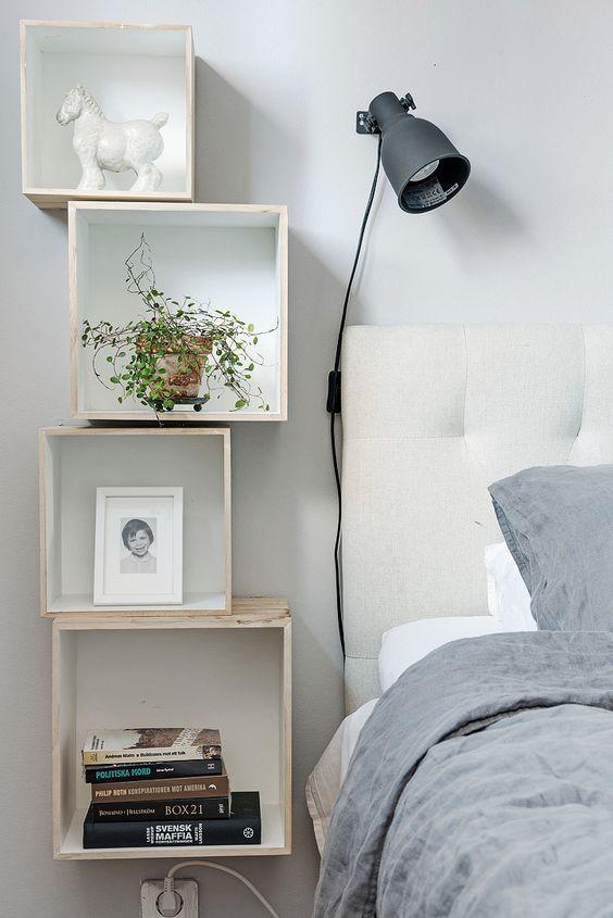 rock una disposizione di comodini galleggianti a forma di scatola vicino al letto, è un'idea molto stravagante