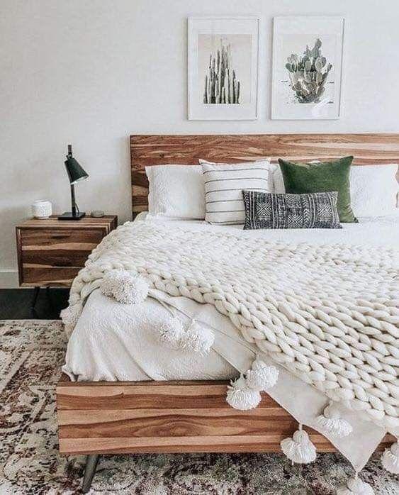 vari tessuti, velluto colorato e maglia pesante con nappe rendono il letto accattivante e invitante