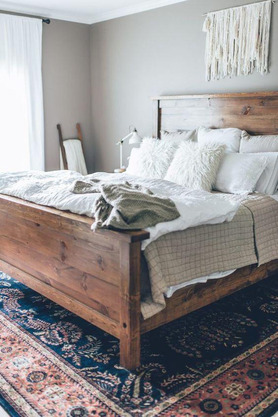creare strati di uncinetto, pelliccia sintetica e vari tessuti per rendere il letto più invitante e accattivante