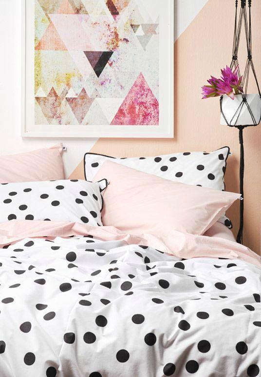 grandi pois con bordo nero e set di biancheria da letto rosa per un'atmosfera giocosa in una stanza da ragazza