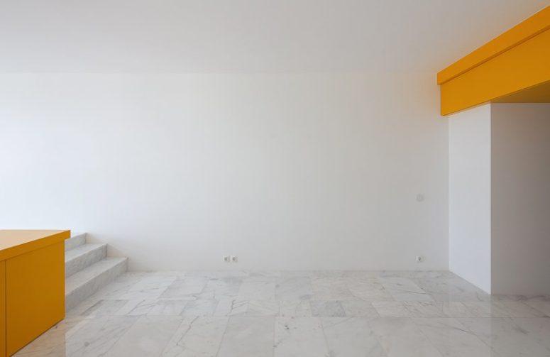Il pavimento è rivestito con piastrelle ispirate al marmo in grigio e bianco