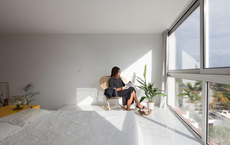 Un muro è completamente vetrato qui per consentire al proprietario di godersi il panorama e per far risplendere molta luce naturale all'interno