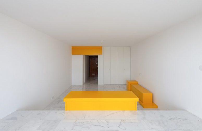 Una scrivania separa la zona notte da quella del soggiorno