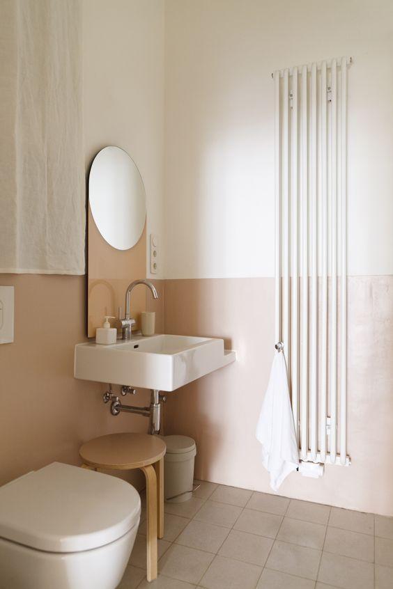 il blocco del colore in bagno è una buona idea, il blush e il bianco è un modo chic e rilassante