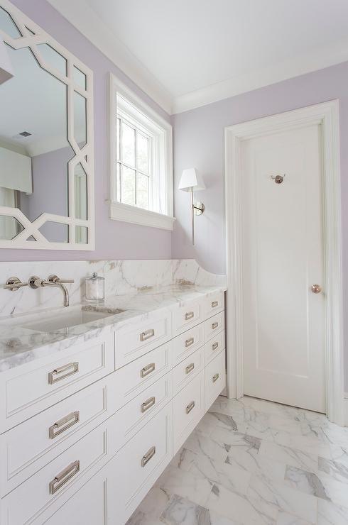 un bagno bianco e lavanda è uno spazio morbido e rilassante con un leggero tocco vintage