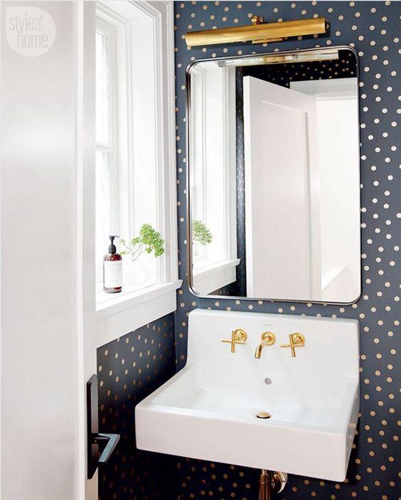 simpatica carta da parati a pois abbellirà facilmente il tuo bagno o la tua toilette