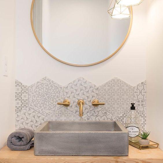 un lavandino quadrato in cemento è un'idea di dichiarazione per uno spazio così glam, si integra perfettamente con la sua trama ruvida