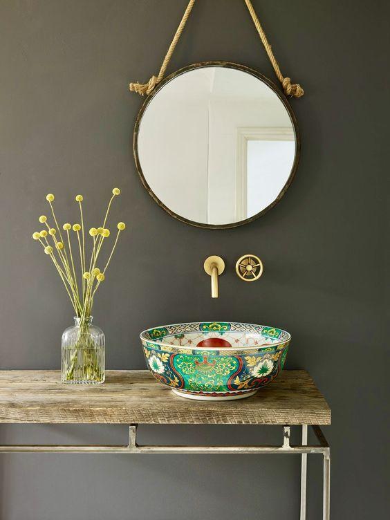 un lavandino unico di una ciotola di porcellana dipinta è un'idea interessante per aggiungere colore e motivo al bagno