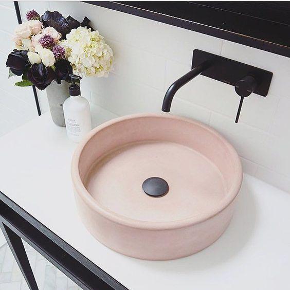 un lavandino arrossato completerà un bagno da ragazza o aggiungerà un tocco morbido a uno neutro