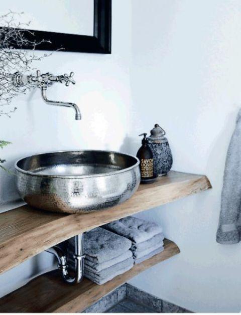 un lavandino in metallo martellato è un'idea audace che stupirà e ispirerà