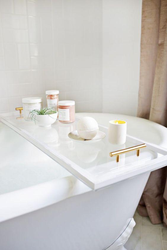 un elegante contenitore da bagno di lucite darà un aspetto nuovo al tuo bagno