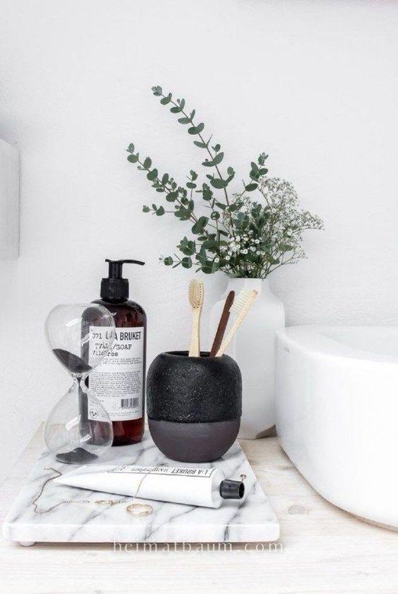 anche un bagno minimalista trarrà vantaggio da accessori chic e audaci come questi