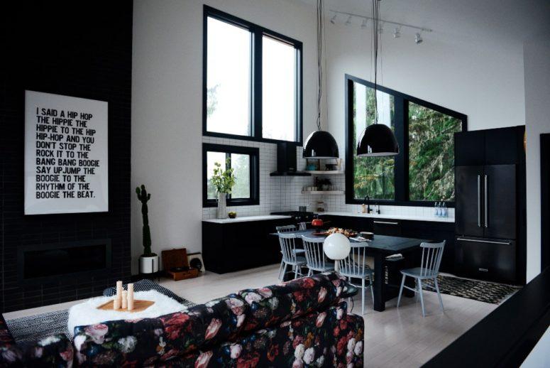 Questo spazio scorre senza soluzione di continuità nel soggiorno con un camino nero, un divano floreale lunatico e un pouf in pelliccia