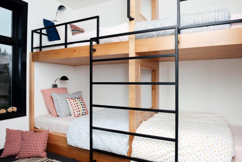 La camera dei bambini dispone di un letto a castello con tanti cuscini colorati