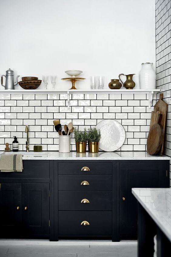 le maniglie in ottone sono un'idea classica per ogni cucina, questo è chic senza tempo