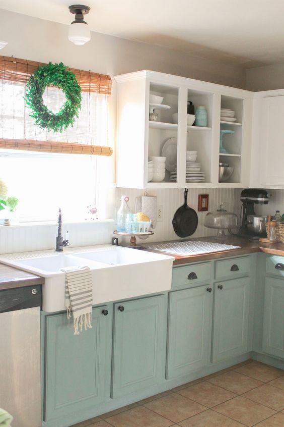armadio da cucina bianco e menta compongono uno spazio rilassato con un tocco vintage