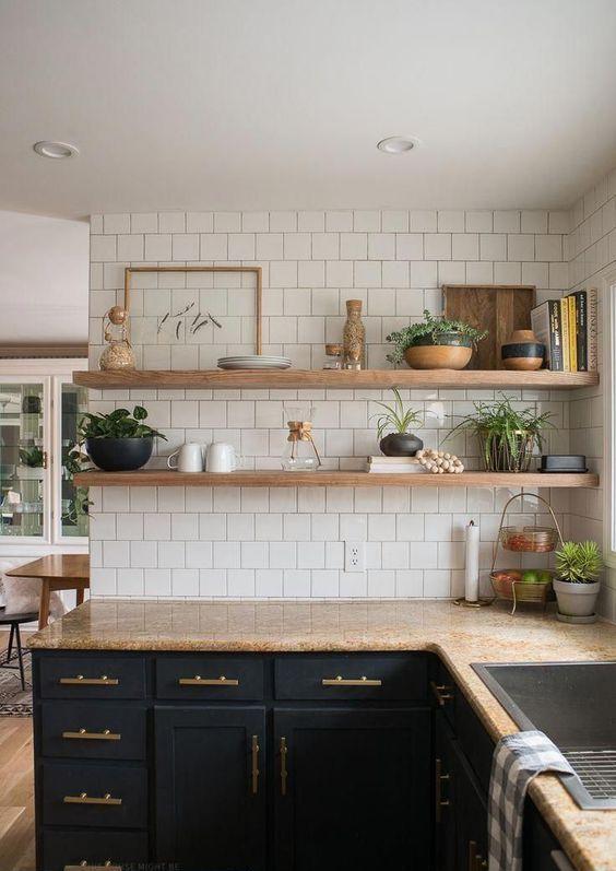 piani di lavoro in pietra marrone chiaro riecheggiano con ripiani in legno sopra gli armadietti