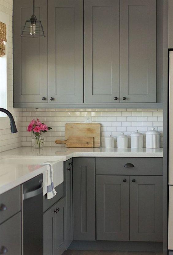una cucina grigia con ripiani bianchi è un classico senza tempo che funziona sempre