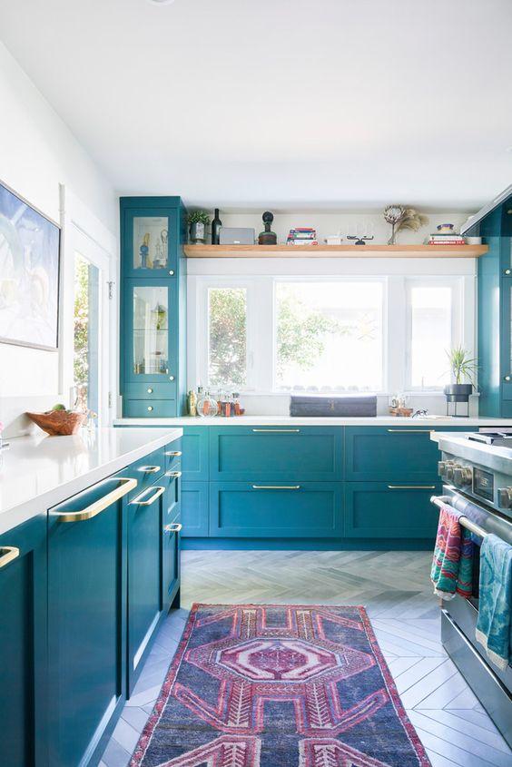 il blu brillante con tocchi dorati darà alla tua cucina una nuova vita e i piano bianchi creano un contrasto